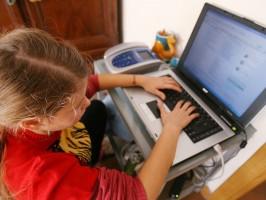 Una bambina davanti a un computer IN UNA FOTO D'ARCHIVIO. In Italia il 60% dei ragazzi tra 14 e 18 anni dichiara di essere stato contattato almeno una volta da sconosciuti su un social network: il dato emerge da una ricerca condotta da Microsoft Italia sul portale Msn, resa nota oggi in occasione della Giornata nazionale contro la pedofilia e la pedopornografia che si celebra domani. ANSA / FRANCO SILVI